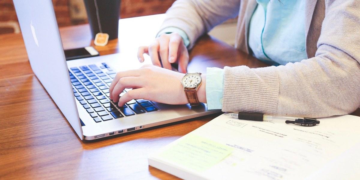 personne travaillant sur un ordinateur portable