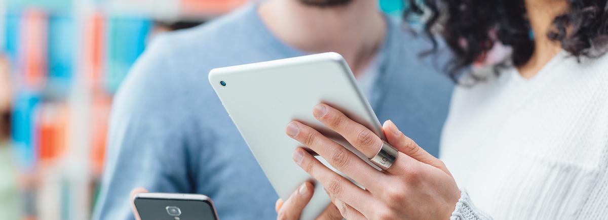 personnes utilisant une tablette et un téléphone