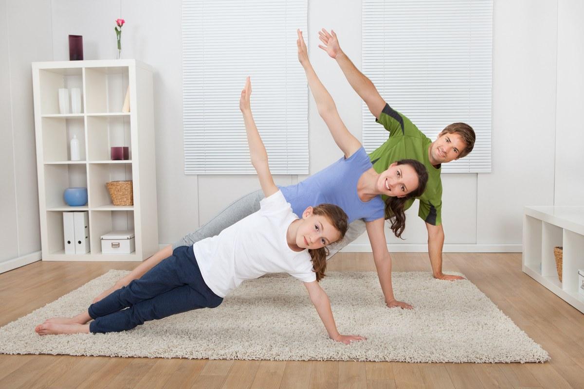 famille faisant du sport dans leur salon