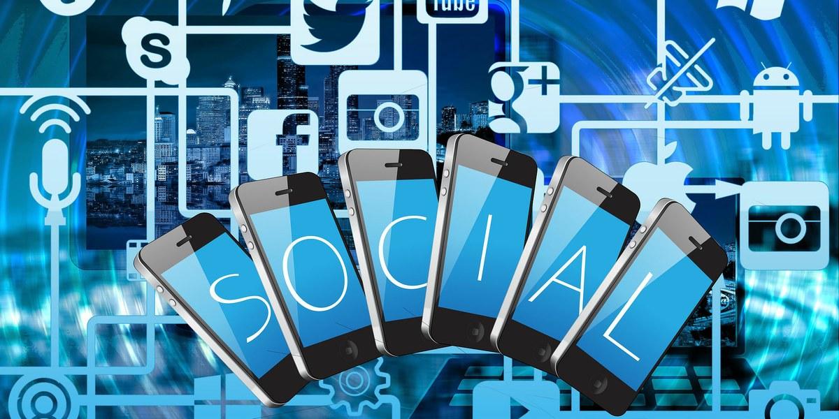 logo des réseaux sociaux et téléphones