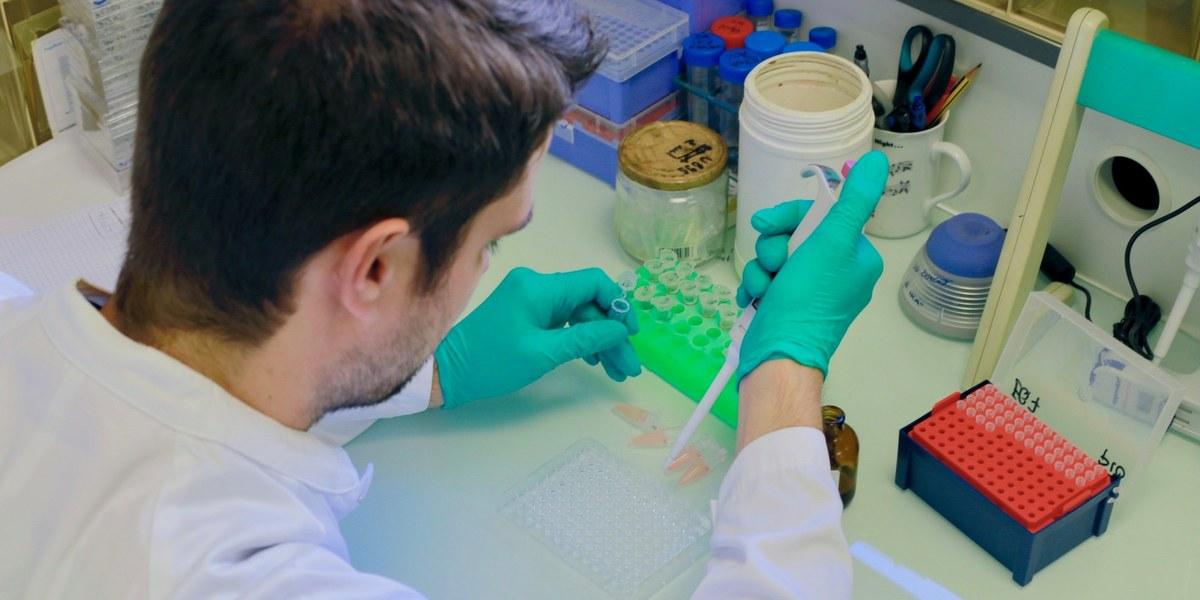 scientifique manipulant des outils