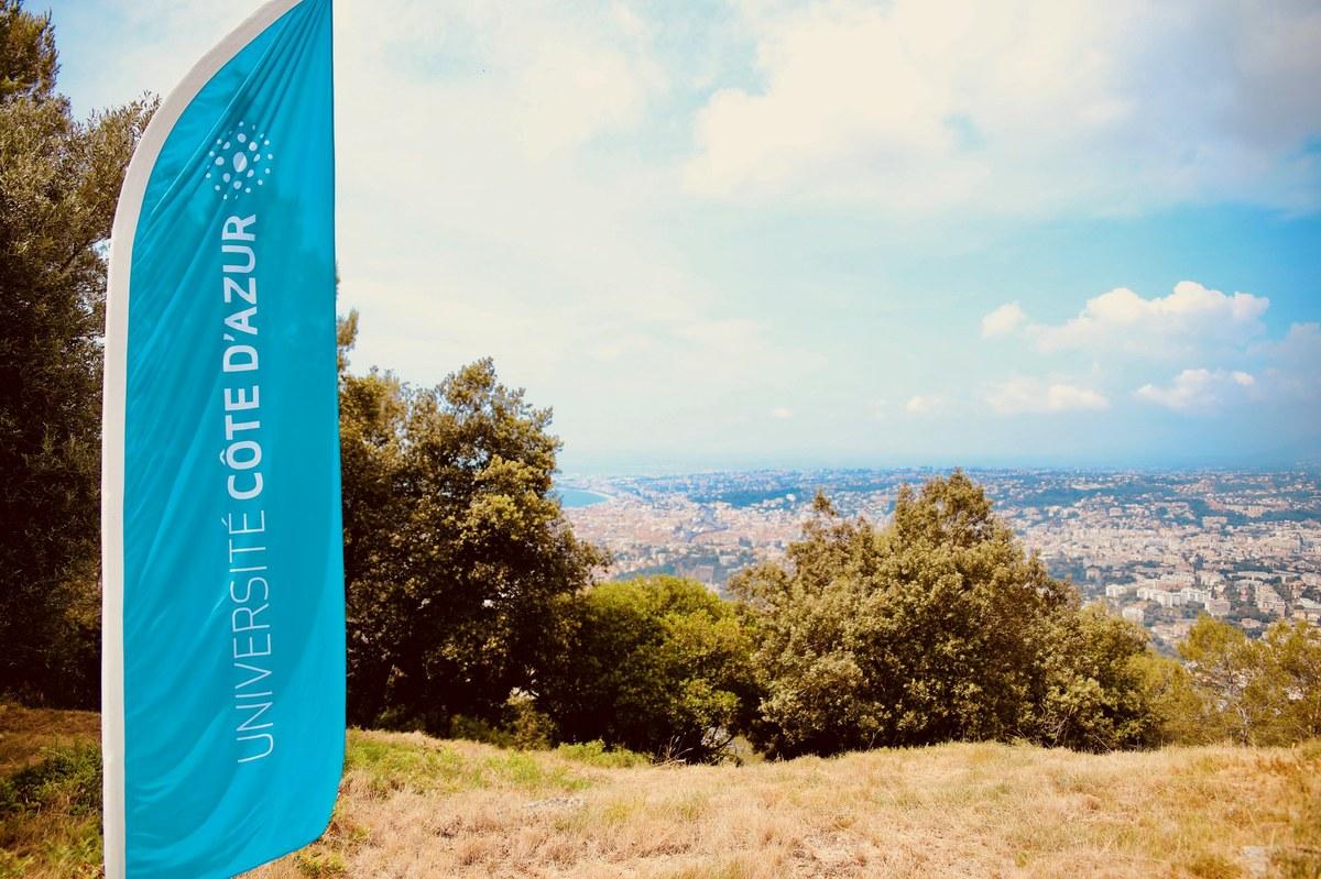 vue sur Nice avec un drapeau de l'université en premier plan