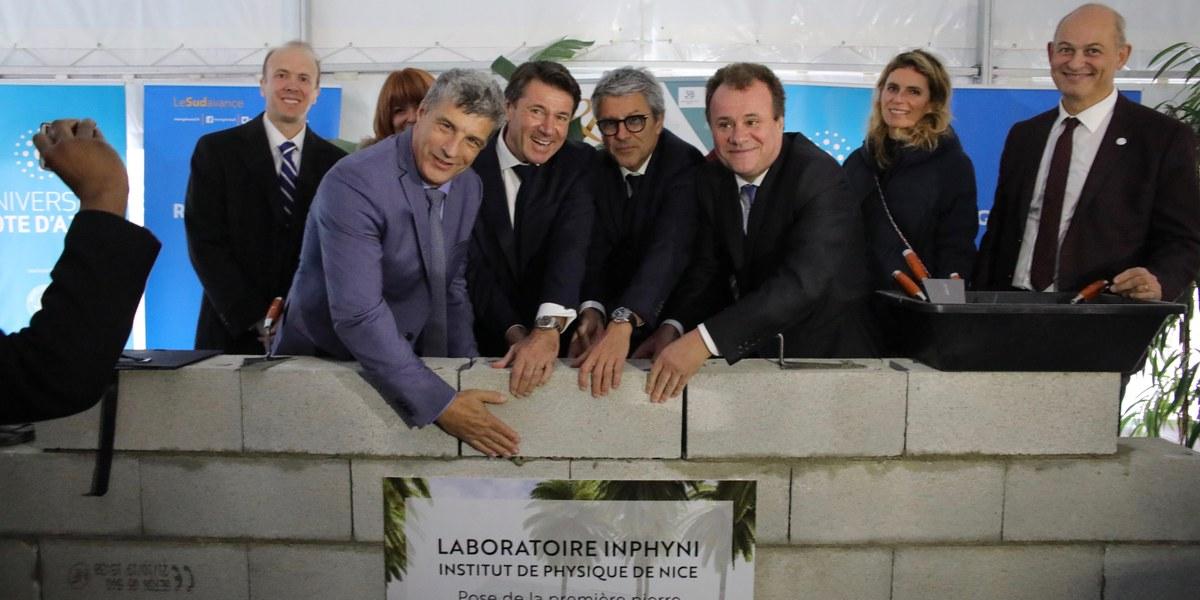 hommes qui posent la première pierre du bâtiment de l'Institut de Physique de Nice