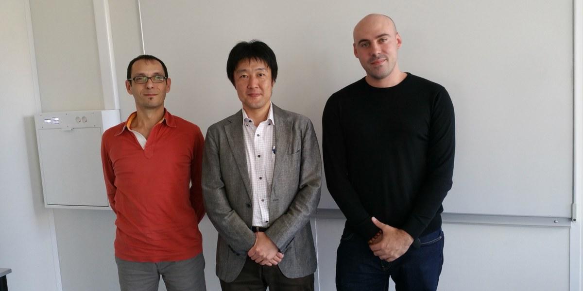 3 hommes posant