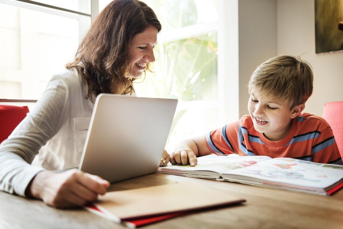 mère aidant son fils à étudier
