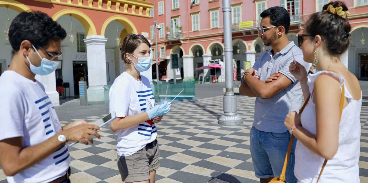 personnes effectuant un test olfactif à Nice