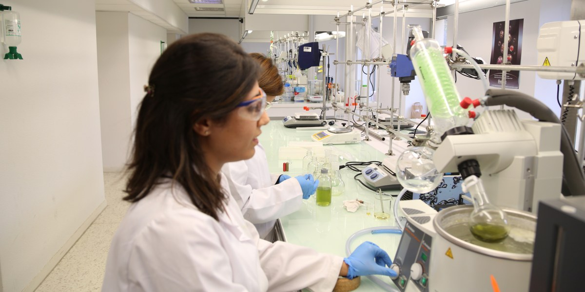 scientifiques manipulant des outils